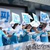 〈로동자통일축구〉뜨거운 환영속에 북측대표단 서울 도착/《우리는 하나다!》, 《남북로동자 만세!》