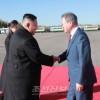 〈북남수뇌회담〉문재인대통령과 일행 삼지연에 도착/김정은원수님께서 문재인대통령을 삼지연비행장에서 맞이하시였다
