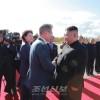〈북남수뇌회담〉문재인대통령과 일행 삼지연을 출발/김정은원수님께서 삼지연비행장에서 문재인대통령을 바래워주시였다