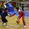 〈재일조선학생소년롱구방문단〉단일팀 선수들의 지도받으며 훈련