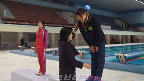 나가노초중 리혜경학생이 올해도 금메달/공화국선수권 수영종목 녀자 200m배영에서