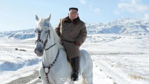 김정은원수님께서 백두산정에 오르시였다