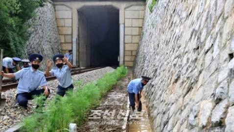 조선에서 큰물과 폭우피해를 막기 위해 철저한 대책/최대의 긴장상태에서