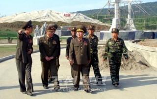 민속공원건설정 돌아보는 총정치국장