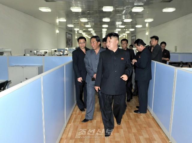 김정은원수님께서 대관유리공장을 현지지도하시였다.(조선중앙통신)