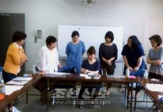 붓글을 배우는 참가자들