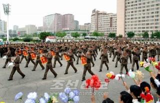 군악대가 수도의 거리를 행진하였다.(조선중앙통신)