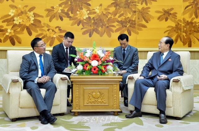 김영남위원장이 몽골대통령민족안전 및 대외정책고문일행들과 담화하였다.(조선중앙통신)
