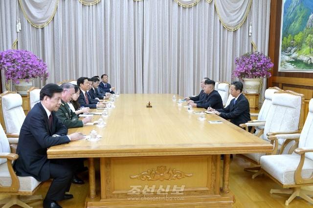 김정은원수님께서 전승 60돐 경축행사에 참가하기 위하여 조선을 방문하고있는 중국대표단을 접견하시였다.(조선중앙통신)