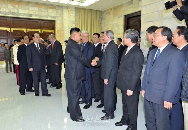 김정은원수님께서 전승 60돐 경축행사에 참가하기 위하여 조선을 방문하고있는 여러 나라 대표단 단장들과 만나시였다.(조선중앙통신)