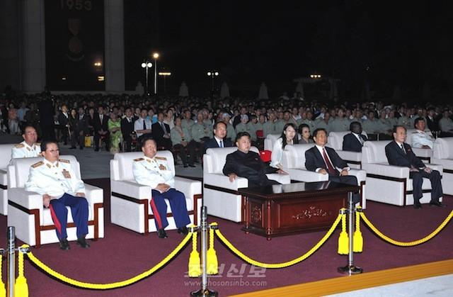 김정은원수님 참석밑에 조국해방전쟁승리 60돐경축 축포야회가 평양에서 진행되였다.(조선중앙통신)