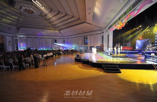 김정은원수님 참석밑에 조국해방전쟁승리 60돐 경축연회가 27일, 목란관에서 진행되였다.(조선중앙통신)