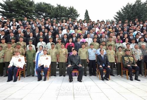 김정은원수님께서 전승 60돐 경축행사에 참가한 해외동포들과 함께 기념사진을 찍으시였다.(조선중앙통신)