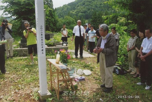 희생자들을 추모하는 참가자들