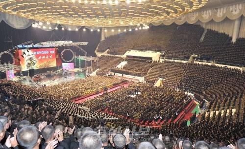 김정은원수님께서 전승 60돐경축 열병식 참가자들과 함께 모란봉악단공연을 관람하시였다.(조선중앙통신)