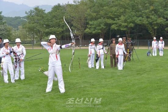 김정은원수님께서 4.25국방체육단과 압록강국방체육단 활쏘기선수들의 활쏘기경기를 보시였다.(조선중앙통신)