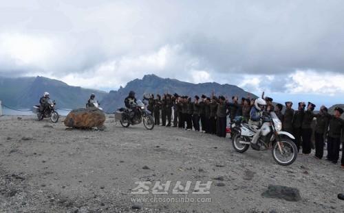 백두산을 출발하는 뉴질랜드 백두-한나 오토바이려행단(조선중앙통신)