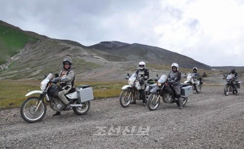 한나산을 향하여 이동하는 뉴질랜드 백두-한나 오토바이려행단(조선중앙통신)