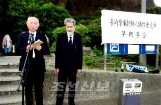 모임에서 발언하는 김종구위원장(왼쪽)과 高實康稔대표