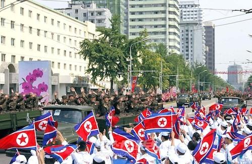 공화국창건 65돐경축 로농적위군 열병식참가자들이 평양의 거리들에서 시민들의 열렬한 환영을 받았다.(조선중앙통신)