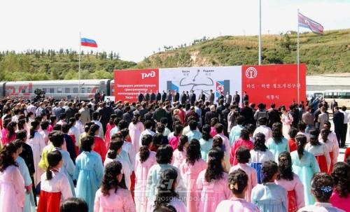 라진-하싼철도구간 개통식이 22일, 라진항 3호부두 철길연선에서 진행되였다.(조선중앙통신)