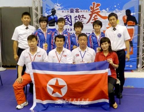 조국의 선수들과 함께(뒤줄 맨 왼쪽이 김윤덕감독, 맨 오른쪽이 송세박감독)
