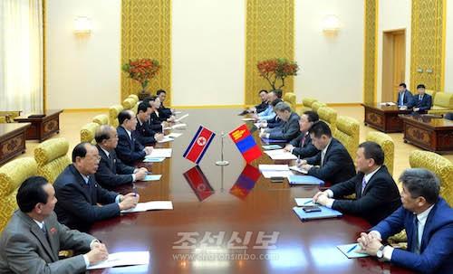 김영남위원장과 엘베그도르쥐대통령의 회담이 만수대의사당에서 진행되였다.(조선중앙통신)