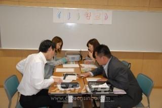 수업은 쓰기, 읽기, 회화를 기본으로 하여 매 개인의 수준에 알맞게 진행된다.