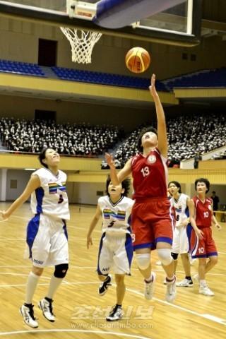 일본체육대학(흰색)과 조선체육대학사이의 녀자경기(사진 문광선기자)