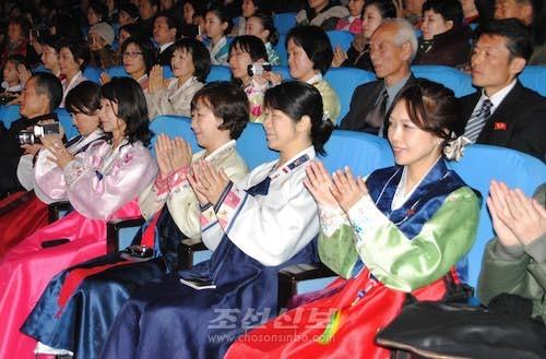 2번째 설맞이공연을 관람하는 재일동포조국방문단(설맞이학부모, 사진 리동호기자)