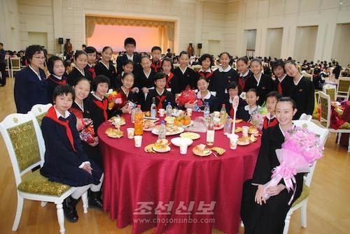 조국의 련계학교와의 련환모임에 참가한 재일조선학생소년예술단(사진 리동호기자)