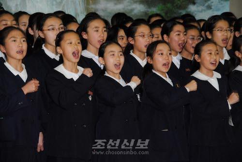 평양호텔이 준비한 환송연회에서 예술공연을 피로한 재일조선학생소년예술단(사진 리동호기자)