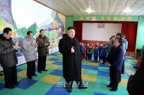 김정은원수님께서 평양시의 육아원과 애육원을 돌아보시였다.(조선중앙통신)