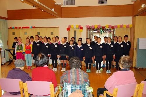 동포입소자들에게 공연을 피로하는 학생들