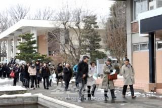 학내를 돌아보는 일본 교육관계자들
