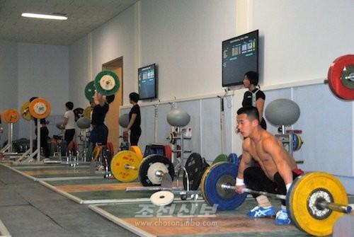 훈련을 하는 조선의 력기선수들(사진 리태호기자)