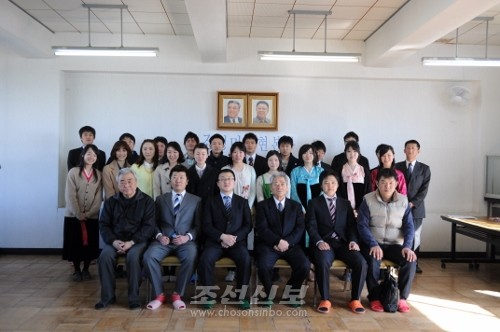 새로 선출된 조청 욕가이찌지부상임위원들과 관계자들