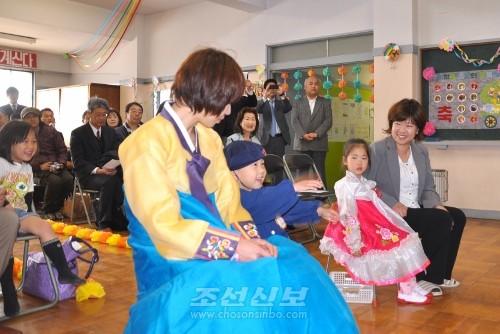나라현뿐만아니라 각지 동포들의 따뜻한 축복속에 입학식은 진행되였다.
