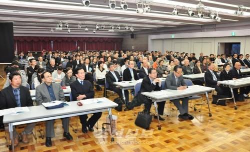 토론회에는 약 270명이 참가하였다