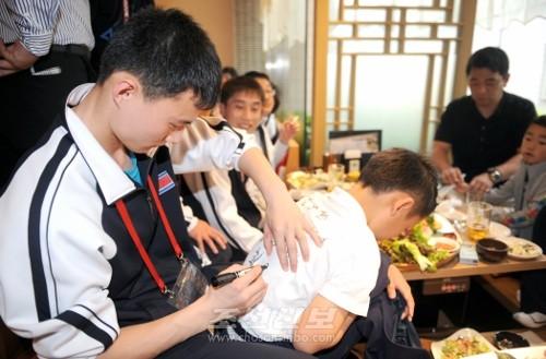 연회에서 선수들과 참가자들은 동포애의 정을 나누었다.