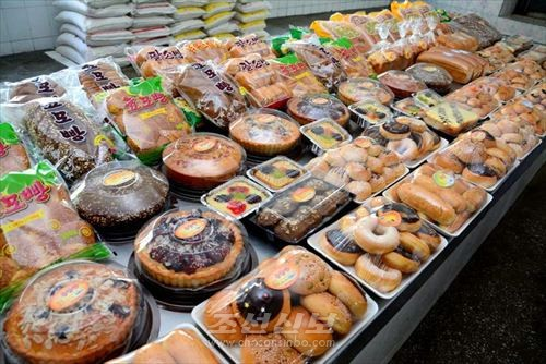 금성식료공장에서 생산한  상표 빵과 당과류들