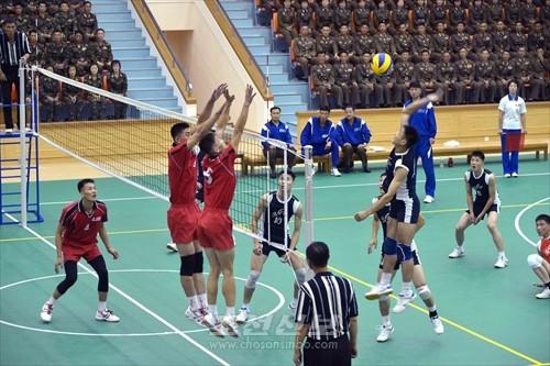 김정은원수님께서 전승절을 맞으며 진행된 4.25팀과 압록강팀간의 남자배구경기를 보시였다.(조선중앙통신)