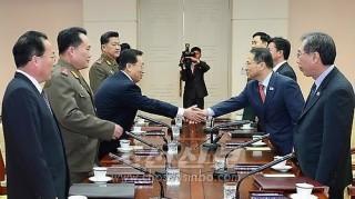 북남이 6,15공동선언리행에서 일치하면 정세발전의 주도권을 쥐게 될것이다. (사진은 2월에 진행된 북남고위급접촉)