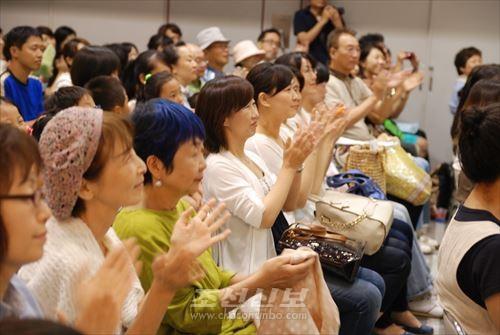 박수갈채를 보내는 관객들