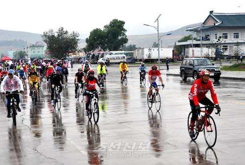 자전거경기주로, 반마라손경기주 등이 진행되였다. (조선중앙통신)