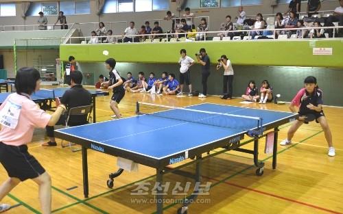 히가시오사까중급 김하나선수(오른쪽) 대 교또중고 박귀호선수의 중급부녀자 결승경기
