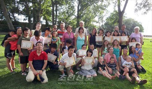 현지 관계자들과 기념사진을 찍는 해외연수 참가자들
