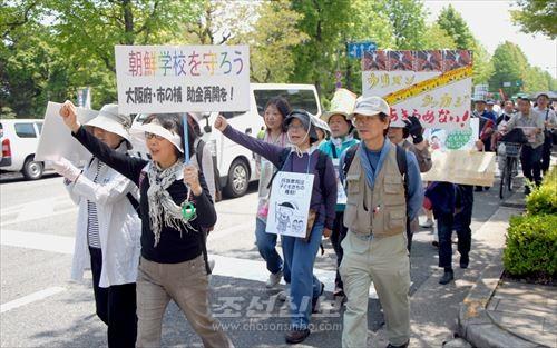 오사까의 수많은 동포, 일본시민들이 매주 화요일 오사까부청린근에서 조선학교에 대한 차별시정을 요구하는 행동을 일으키고있다