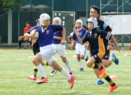 《고려쥬니어》(왼쪽)와 다마가와가꾸엔 투구부의 경기