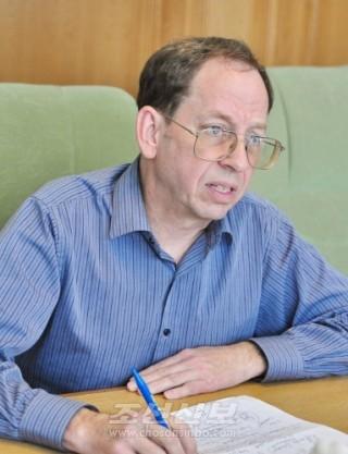 미국인범죄자 제프레이 에드워드 포울레는 석방전, 평양에서  《조선신보》기자의 취재를 받았다.